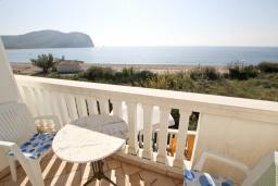 Вид на море. Будванская ривьера, Черногория, Булярица : Апартамент с отдельной спальней, с балконом с видом на море, 10 метров от пляжа