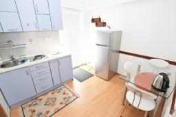 Кухня. Будванская ривьера, Черногория, Булярица : Апартамент с отдельной спальней, с балконом с видом на море, 10 метров от пляжа