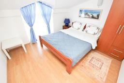 Спальня. Будванская ривьера, Черногория, Булярица : Апартамент с отдельной спальней, с балконом с видом на море, 10 метров от пляжа