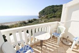 Балкон. Будванская ривьера, Черногория, Булярица : Апартамент с отдельной спальней, с балконом с видом на море, 10 метров от пляжа