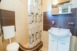 Ванная комната. Будванская ривьера, Черногория, Булярица : Двухместный номер-студио с балконом и видом на море