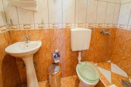 Ванная комната. Будванская ривьера, Черногория, Булярица : Трехместный номер с видом на море