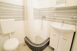 Ванная комната. Будванская ривьера, Черногория, Булярица : Трехместный номер-студио с балконом и частичным видом на море