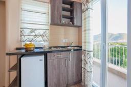 Кухня. Будванская ривьера, Черногория, Булярица : Трехместный номер-студио с балконом и видом на море