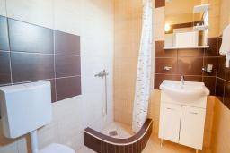 Ванная комната. Будванская ривьера, Черногория, Булярица : Трехместный номер-студио с балконом и видом на море