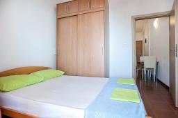 Спальня 2. Будванская ривьера, Черногория, Петровац : Апартаменты с отдельной спальней, с балконом с видом на море