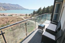 Балкон. Будванская ривьера, Черногория, Бечичи : Апартамент с просторной гостиной, двумя спальнями и балконом с видом на море.