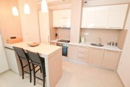Кухня. Будванская ривьера, Черногория, Бечичи : Апартамент с просторной гостиной, двумя спальнями и балконом с видом на море.