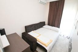 Спальня 2. Будванская ривьера, Черногория, Бечичи : Апартамент с просторной гостиной, двумя спальнями и балконом с видом на море.