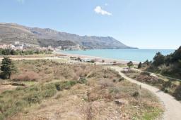 Вид на море. Бечичи, Черногория, Бечичи : Апартамент с просторной гостиной, двумя спальнями и балконом с видом на море.