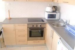 Кухня. Бечичи, Черногория, Бечичи : Современный апартамент для 4-6 человек, 2 отдельные спальни, с балконом