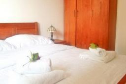 Спальня. Бечичи, Черногория, Бечичи : Современный апартамент для 4-6 человек, 2 отдельные спальни, с балконом