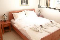 Спальня. Бечичи, Черногория, Бечичи : Современный апартамент для 3-5 человек, 2 отдельные спальни, с балконом с видом на море