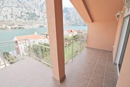 Боко-Которская бухта, Черногория, Муо : Уютная четырехместная студия в 30 метрах от пляжа, с балконом и видом на море