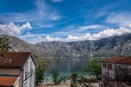 Вид на море. Боко-Которская бухта, Черногория, Столив : Трехэтажный каменный дом в 20 метрах от пляжа, с большой гостиной-столовой, с двумя кухнями, с шестью отдельными спальнями и ванными комнатами, с сауной, с большой зеленой территорией