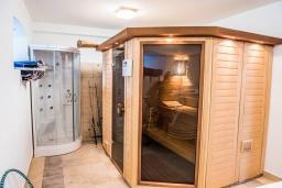Сауна. Боко-Которская бухта, Черногория, Столив : Трехэтажный каменный дом в 20 метрах от пляжа, с большой гостиной-столовой, с двумя кухнями, с шестью отдельными спальнями и ванными комнатами, с сауной, с большой зеленой территорией