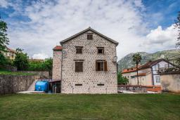 Фасад дома. Боко-Которская бухта, Черногория, Столив : Трехэтажный каменный дом в 20 метрах от пляжа, с большой гостиной-столовой, с двумя кухнями, с шестью отдельными спальнями и ванными комнатами, с сауной, с большой зеленой территорией