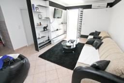 Гостиная. Рафаиловичи, Черногория, Рафаиловичи : Апартамент в 100 метрах от моря, с гостиной и отдельной спальней