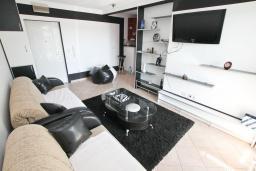 Гостиная. Будванская ривьера, Черногория, Рафаиловичи : Апартамент в 100 метрах от моря, с гостиной и отдельной спальней