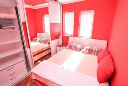 Спальня. Будванская ривьера, Черногория, Рафаиловичи : Апартамент в 100 метрах от моря, с гостиной и отдельной спальней