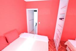 Спальня. Рафаиловичи, Черногория, Рафаиловичи : Апартамент в 100 метрах от моря, с гостиной и отдельной спальней