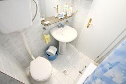 Ванная комната. Будванская ривьера, Черногория, Рафаиловичи : Апартамент в 100 метрах от моря, с гостиной и отдельной спальней