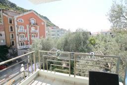 Балкон. Будванская ривьера, Черногория, Рафаиловичи : Апартамент в 100 метрах от моря, с гостиной и отдельной спальней