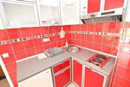 Кухня. Будванская ривьера, Черногория, Рафаиловичи : Апартамент в 70 метрах от моря, с большой гостиной, отдельной спальней и балконом