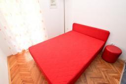 Спальня. Будванская ривьера, Черногория, Рафаиловичи : Апартамент в 70 метрах от моря, с большой гостиной, отдельной спальней и балконом