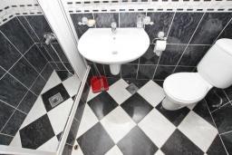 Ванная комната. Будванская ривьера, Черногория, Рафаиловичи : Апартамент в 70 метрах от моря, с большой гостиной, отдельной спальней и балконом
