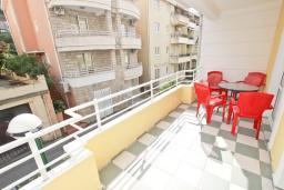 Балкон. Будванская ривьера, Черногория, Рафаиловичи : Апартамент в 70 метрах от моря, с большой гостиной, отдельной спальней и балконом