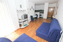 Гостиная. Будванская ривьера, Черногория, Рафаиловичи : Апартамент в 70 метрах от моря, с большой гостиной, отдельной спальней и балконом