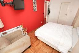 Спальня. Рафаиловичи, Черногория, Рафаиловичи : Апартамент с двумя отдельными спальнями и ванными комнатами, для 4 человек