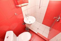 Ванная комната. Рафаиловичи, Черногория, Рафаиловичи : Апартамент с двумя отдельными спальнями и ванными комнатами, для 4 человек