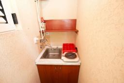 Кухня. Рафаиловичи, Черногория, Рафаиловичи : Апартамент с двумя отдельными спальнями и ванными комнатами, для 4 человек