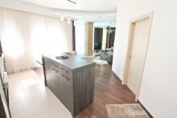 Гостиная. Бечичи, Черногория, Бечичи : Апартамент с просторной гостиной, тремя спальнями, двумя балконами и видом на море