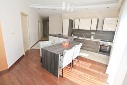 Кухня. Бечичи, Черногория, Бечичи : Апартамент с просторной гостиной, тремя спальнями, двумя балконами и видом на море