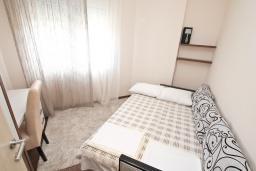 Спальня. Бечичи, Черногория, Бечичи : Апартамент с просторной гостиной, тремя спальнями, двумя балконами и видом на море