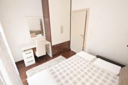 Спальня 2. Бечичи, Черногория, Бечичи : Апартамент с просторной гостиной, тремя спальнями, двумя балконами и видом на море