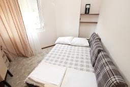 Спальня. Будванская ривьера, Черногория, Бечичи : Апартамент с просторной гостиной, двумя спальнями и балконом с видом на море.