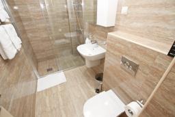 Ванная комната. Будванская ривьера, Черногория, Бечичи : Апартамент с просторной гостиной, двумя спальнями и балконом с видом на море.
