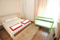Спальня 2. Бечичи, Черногория, Бечичи : Апартамент с просторной гостиной, двумя спальнями и балконом с видом на море.