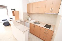 Кухня. Будванская ривьера, Черногория, Рафаиловичи : Апартамент в 50 метрах от моря, с просторной гостиной и отдельной спальней