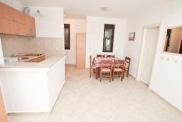Обеденная зона. Будванская ривьера, Черногория, Рафаиловичи : Апартамент в 50 метрах от моря, с просторной гостиной и отдельной спальней