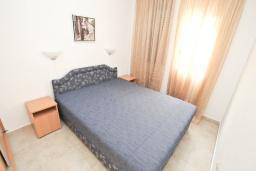 Спальня. Будванская ривьера, Черногория, Рафаиловичи : Апартамент в 50 метрах от моря, с просторной гостиной и отдельной спальней