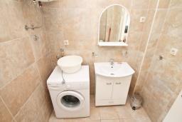 Ванная комната. Будванская ривьера, Черногория, Рафаиловичи : Апартамент в 50 метрах от моря, с просторной гостиной и отдельной спальней