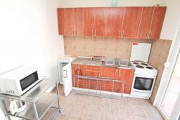 Кухня. Боко-Которская бухта, Черногория, Прчань : Апартамент 100 метров до моря, с большой гостиной, двумя отдельными спальням и двумя ванными комнатами, с большим балконом, для 4-5 человек