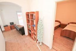 Гостиная. Боко-Которская бухта, Черногория, Прчань : Апартамент 100 метров до моря, с большой гостиной, двумя отдельными спальням и двумя ванными комнатами, с большим балконом, для 4-5 человек