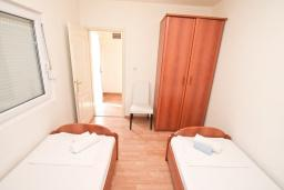 Спальня. Боко-Которская бухта, Черногория, Прчань : Апартамент 100 метров до моря, с большой гостиной, двумя отдельными спальням и двумя ванными комнатами, с большим балконом, для 4-5 человек