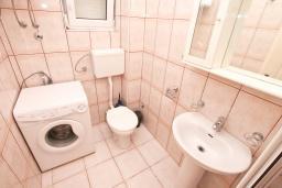 Ванная комната. Боко-Которская бухта, Черногория, Прчань : Апартамент 100 метров до моря, с большой гостиной, двумя отдельными спальням и двумя ванными комнатами, с большим балконом, для 4-5 человек